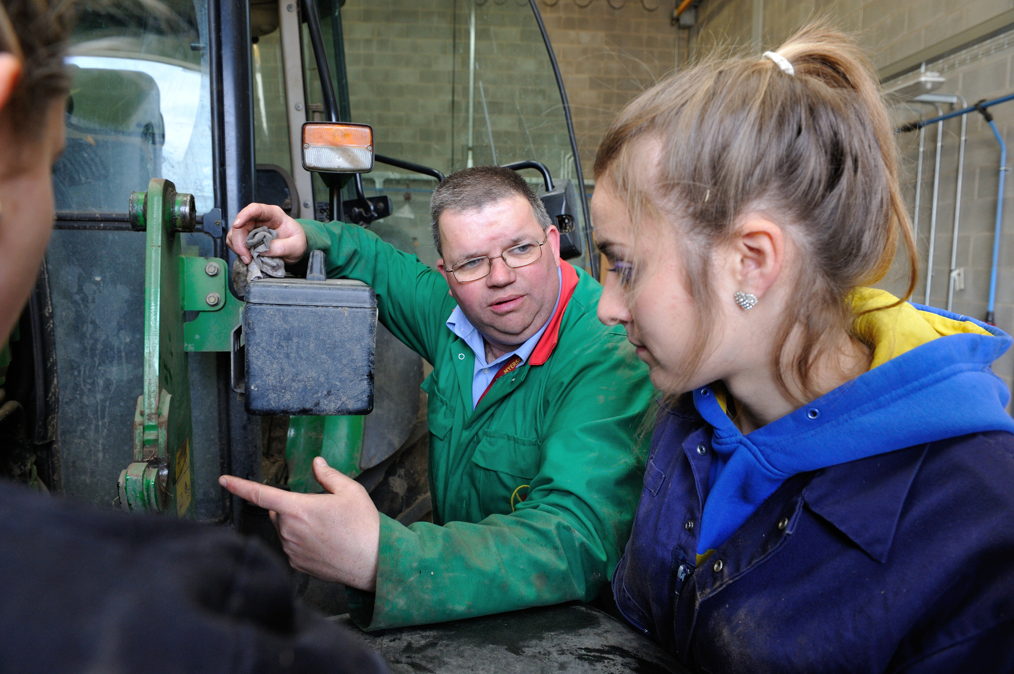 Students learn about tractor engines
